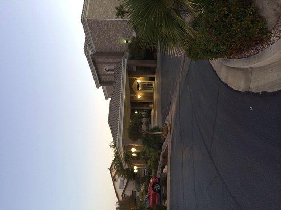 BEST WESTERN PLUS Abbey Inn: Side view of the hotel.