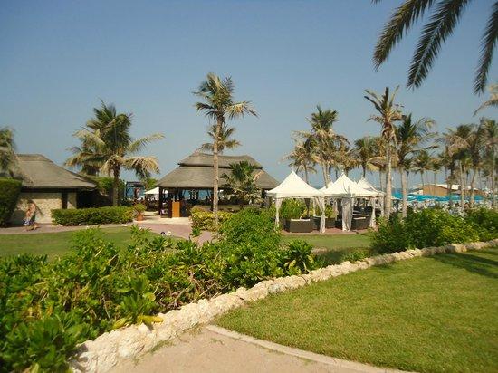 JA Palm Tree Court: espace vert et restuarant de plage