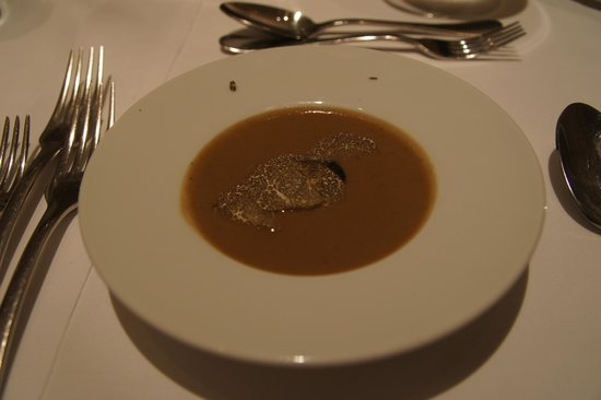 Broeding: First surprise: Walnut soup with truffle