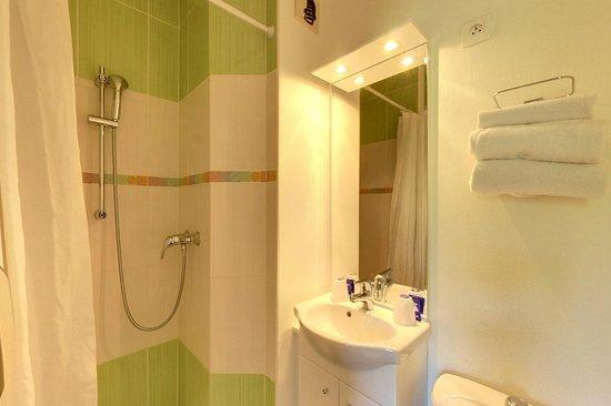 Fasthôtel Périgueux: Salle de bain rénovée
