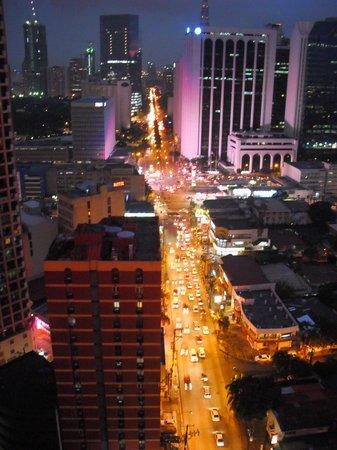 City Garden Hotel Makati: This city doesn't sleep