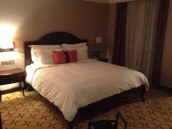 Eastin Grand Hotel Saigon: Movenpick Bed