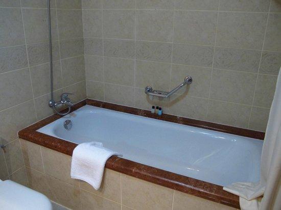 Lotte City Hotel Tashkent Palace: bathroom