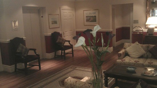 Dower House Hotel: Reception area of the Lodge