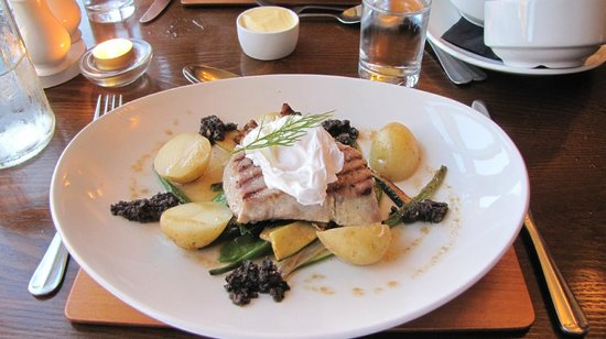 Excellent seared tuna with asparagus. Keld Lodge