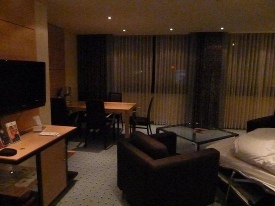 Maritim Hotel Duesseldorf: Suite - Pièce de vie