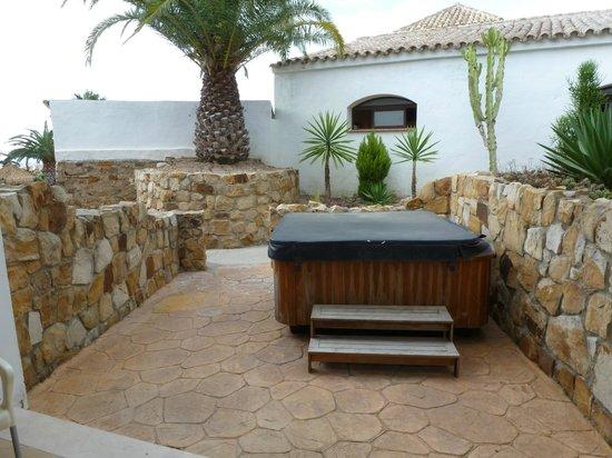 El Cortijo de Zahara: Terrasse mit Jacuzzi