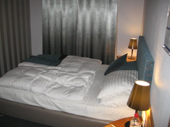 Regency Suites Hotel Budapest : Small but stylishly furnished room