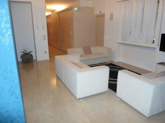 Romeo Design Rooms: Salottino con tv a pochi passi dall'ingresso