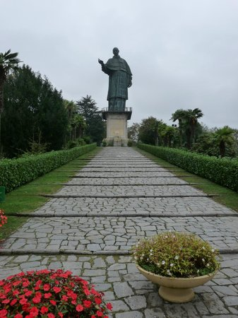 Cascina Cesarina B&B: Larger than life statue of St Charles Borromeo