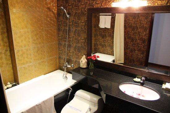 Hanoi Meracus Hotel 2: junior suite's bathroom