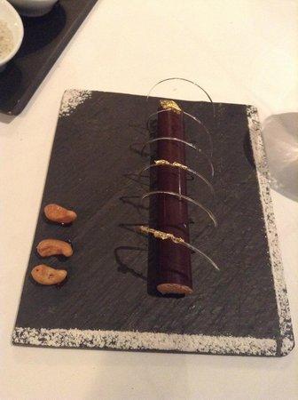 Le Pavillon Bleu : Cannellone chocolat noir, mousse lactée caramel et noix cajou