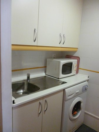 Metropol Rooms Apartamentos : lavello, microonde e lavatrice