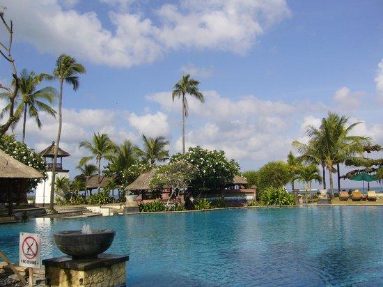 The Patra Bali Resort & Villas: parc et piscine