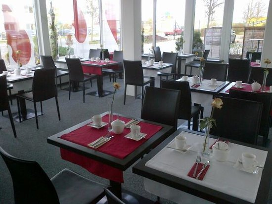 Allgauhotel Memmingen Nord: Very nice breakfast room.