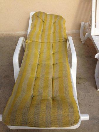 Canifor Hotel: brocken filthy sun beds !