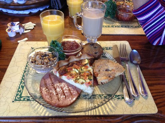 Apples Bed and Breakfast Inn: Sunday breakfast.. Vegetable Quiche, honey turkey ham, chocolate chip granola parfait, scone, mu