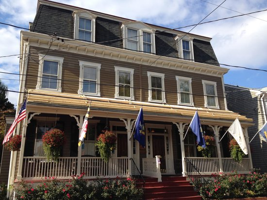 Flag House Inn: Rhode Island flag is the white one!