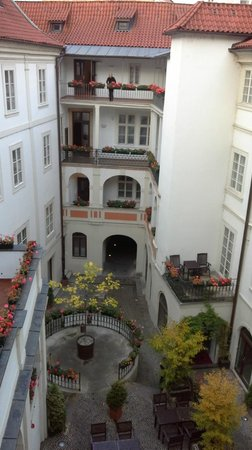 Iron Gate Hotel & Suites: Courtyard