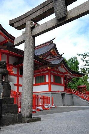 Hanazono Shrine: Torii y templo