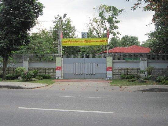 Myanmar Life Hotel: Utanför Aung San Suu Kyi bostad i Rangoon