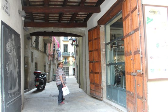 Inside Barcelona Apartments Vidreria: alley leading to entrance