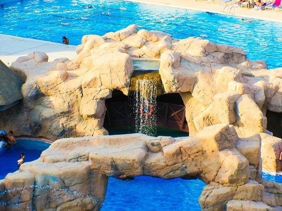 Danat Al Ain Resort: Water fall