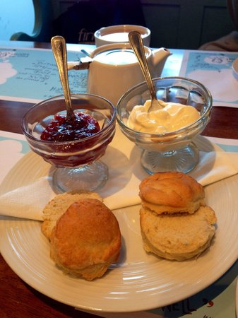 St Giles' Cafe: Warm scones & plenty of really good jam & clotted cream. Quality cream tea & their own lovely bl