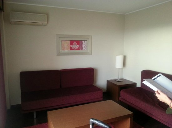 Vila Galé Cascais : Lounge/ extra sleeping area in suite