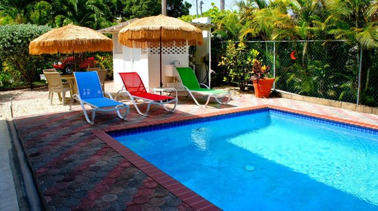 Beachside Villas Rincon: Loungers at the private pool