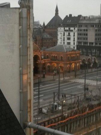 The Square Copenhagen: Utsikt fra frokostbordet til Tivoliet sin inngang