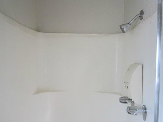 Alpine Inn & Suites: Inside view of the bathroom