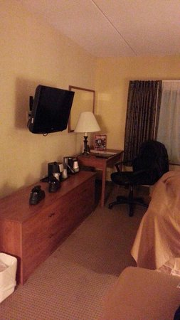 Quality Hotel & Suites At the Falls: It just your typical hotel room not better homes and gardens
