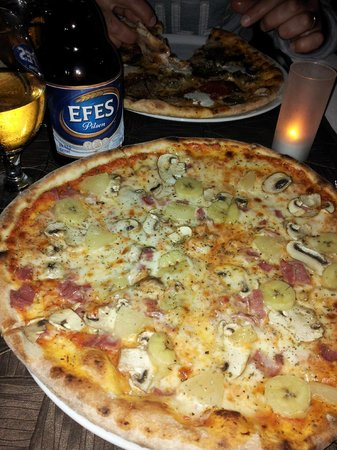 O'yes Restaurant: A hugh pizza and a beer