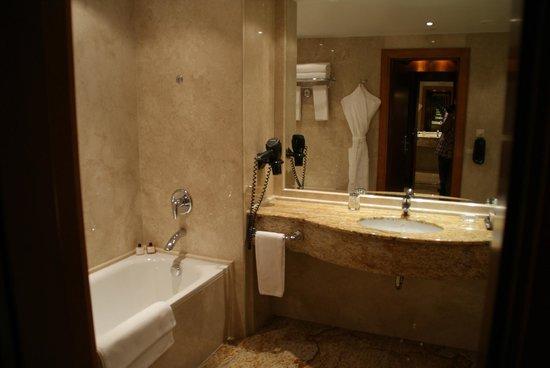 Ararat Park Hyatt Moscow: Ванная комната