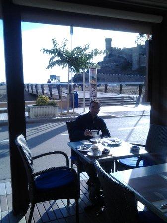 Hostal Victoria : en la terraza desayunando