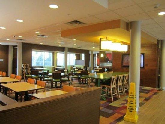 Fairfield Inn & Suites Hershey Chocolate Avenue: The huge, super-clean breakfast area