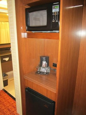Fairfield Inn & Suites Hershey Chocolate Avenue: Frige and microwave and coffeepot area