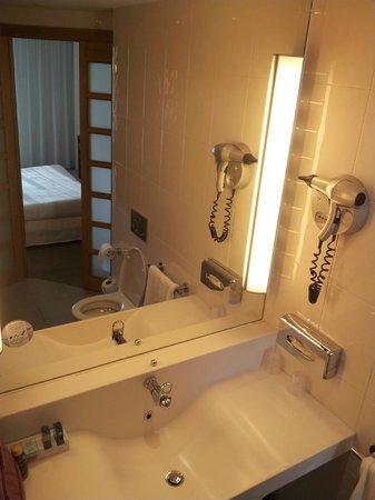 Novotel Barcelona City: Baño, amenities
