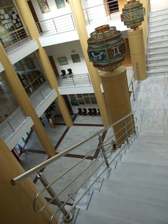 Ramnicu Valcea, Rumania: Interior staircase (view from 2nd floor)