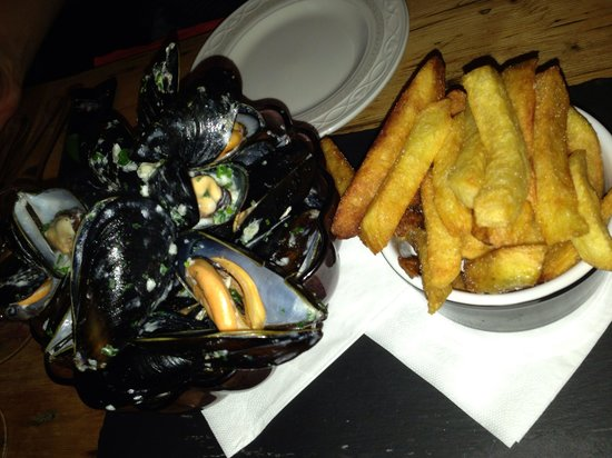 Chez Elles: Mussels with fries