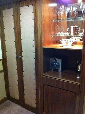 The New Ellington: Wardrobe, coffee machine and minibar