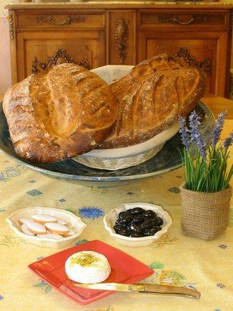 Auberge de Trente Pas : Le pain maison et quelques produits locaux