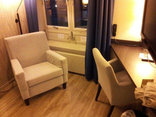 Sormarka Konferansehotell: Lenestol er det på rommet
