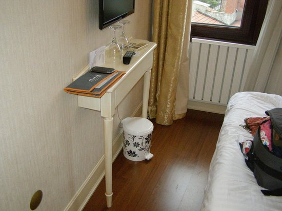 Historia Hotel : La table de la chambre : 20 cm de profondeur