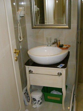 Historia Hotel : Aucune étagère dans la salle de bain. Vous posez vos trousses de toilette sur le sol !!!