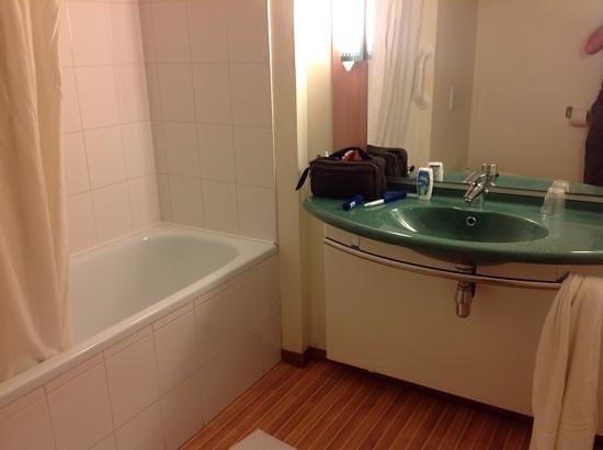 Ibis Mons Centre Gare : bathroom