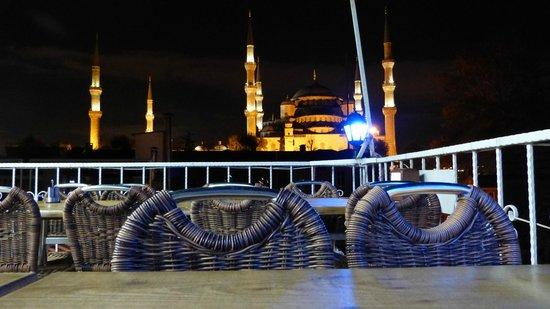 Doy Doy Restaurant: vue sur la mosquée bleue