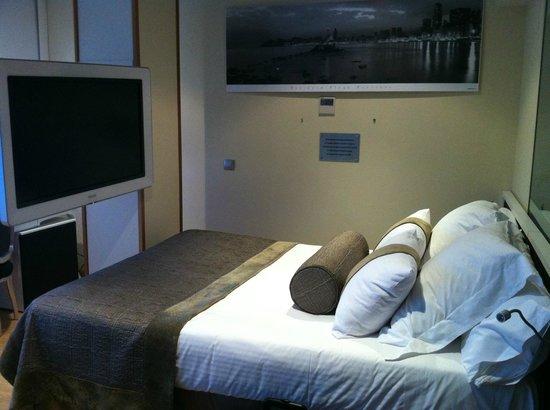 Villa Venecia Hotel Boutique: Televisión tipo cine frente a la cama