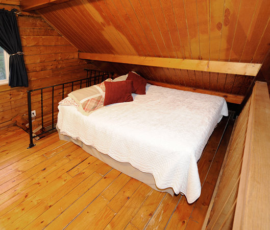 Alyeska Hideaway: Full Sized bed (sleeps 2) in loft